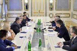 Порошенко обсудил с французскими сенаторами ситуацию на Донбассе и в Крыму