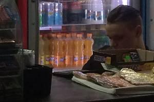 В Киеве на вокзале работник кафе курил в холодильник с продуктами