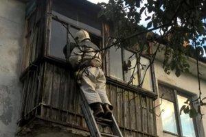 Под Киевом спасателям пришлось лезть в квартиру через балкон