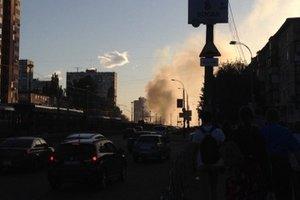 Масштабный пожар в Киеве: перекрыто движение скоростного трамвая