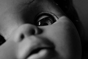 На Донбассе рядом с пьяной матерью нашли мертвого ребенка