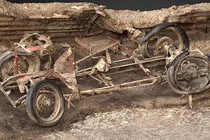 На артиллерийской позиции времен Второй мировой войны откопали спорткар