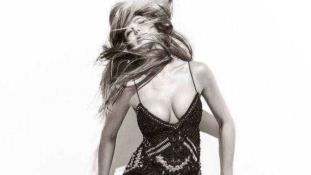 Глубокое декольте и красивые платья: Энистон позировала для модного глянца