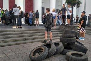 Фотолента: в Одессе штурмовали мэрию из-за cмертельного пожара в детском лагере