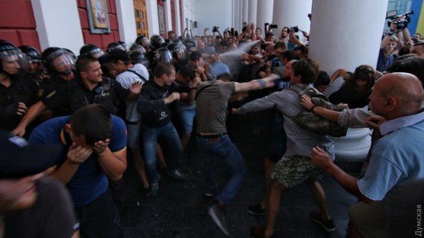 Митинг под мэрией Одессы из-за сгоревших в лагере детей: в ход пошли газ, дубинки и светошумовые гранаты