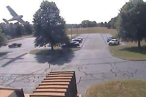 Видеошок: в США самолет, врезался в дерево и ювелирно припарковался рядом с машинами
