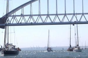 Под аркой Крымского моста оккупантов прошли около 200 яхт (видео)