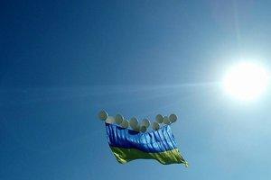 Активисты запустили огромный флаг Украины над оккупированным Донецком