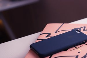 Девушка погибла от удара током, взяв в руки смартфон