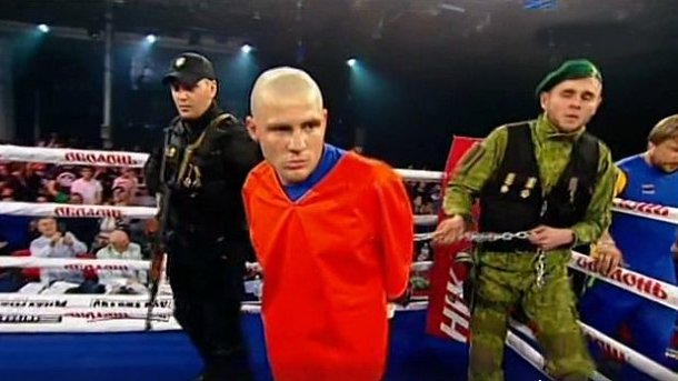 Боксера Дениса Беринчика в ринг вывели на цепи и в оковах
