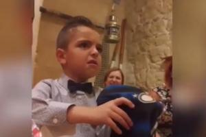 Родители подшутили над сыном, подарив на день рождения футболку нелюбимого клуба