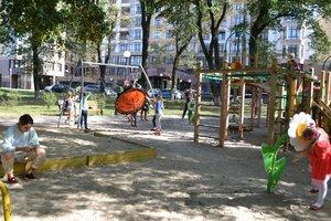 В Мариинском парке Киева детскую площадку приспособили для малышей с особыми потребностями