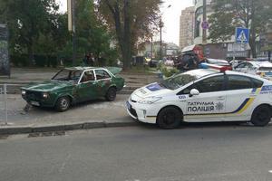 """В центре Киева пешеходы разбили авто """"героя парковки"""""""