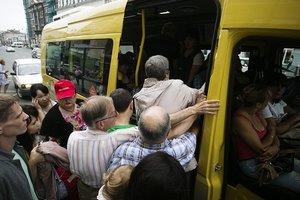 В Тернополе из переполненной маршрутки выпала женщина
