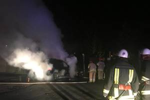 В Киеве загорелся припаркованный Mercedes