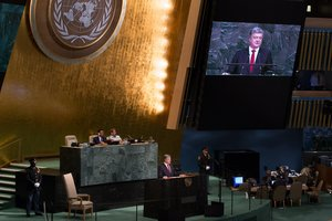 Итоги недели в Украине: дискуссия о миротворцах, новый бюджет и долги по облигациям