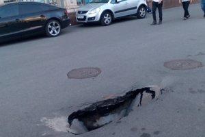 В центре Киева возле книжного магазина провалился асфальт