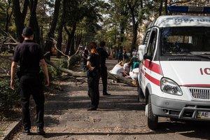 В центре Днепра упавшее дерево убило девушку