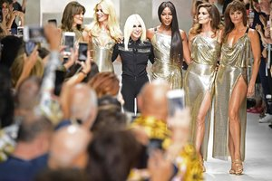 Карла Бруни, Клаудия Шиффер, Наоми Кэмпбелл и Синди Кроуфорд воссоединились на показе Versace