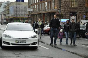 В центре Киева показали новые электрокары и необычные квадрокоптеры