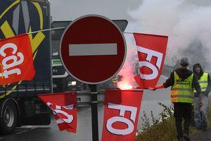 Францию охватили протесты: профсоюзы блокируют дороги и склады с топливом