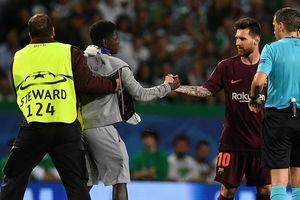 Фанат Месси выбежал на поле и поцеловал бутсы футболиста