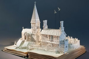 Девушка создает невероятные трехмерные миры из старых книг