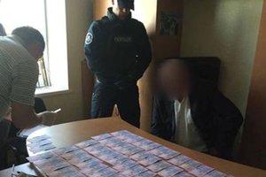 Киевский чиновник требовал у предпринимателя 25 тысяч гривен