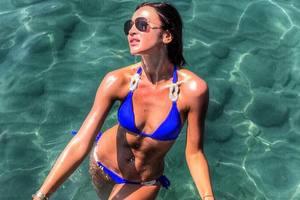 Ольга Бузова показала грудь в память об основателе Playboy