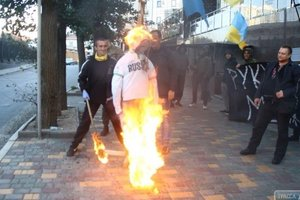 В Одессе возле консульства России повесили и сожгли чучело Путина