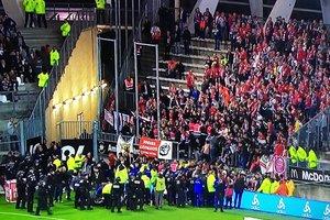 На матче чемпионата Франции обрушилось заграждение: много пострадавших