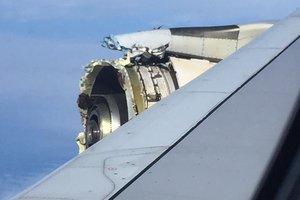 У пассажирского лайнера Airbus в полете разрушилась обшивка двигателя