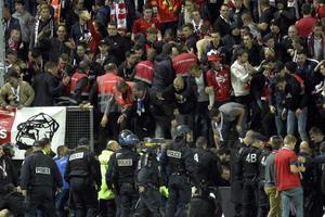 29 фанатов пострадали в результате падения заграждения на матче во Франции