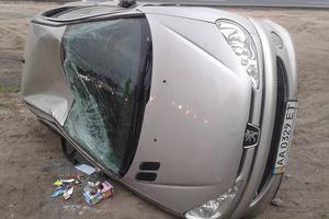 В Киеве фура перевернула автомобиль на дороге