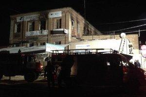 Пожар в Запорожье: женщина выпрыгнула из горящего хостела, а ребенка спас отец