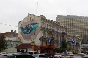 В Киеве появился мурал в виде парящего кита