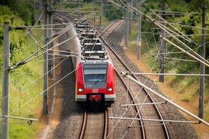 Скоростной поезд влетел в пассажирский автобус, застрявший на переезде