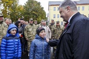 Визит Порошенко в Черниговскую область: раздал квартиры военным, посетил больницу