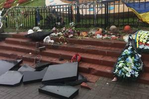 В Киеве на Майдане вандал разрушил памятник Небесной сотне