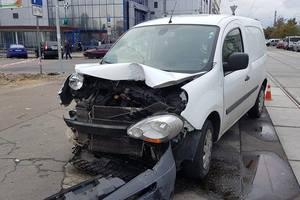 В Киеве в результате ДТП Renault вылетел на тротуар и сбил мужчину