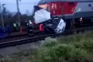 В России поезд снес на переезде автобус с пассажирами
