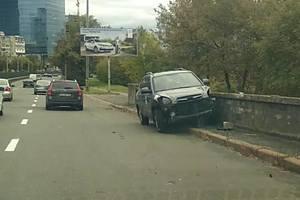 В Киеве у станции скоростного трамвая столкнулись два авто