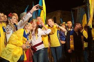 """""""На удачу"""": украинские фанаты под проливным дождем прошли маршем до стадиона в Албании"""