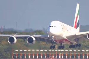 В Германии самолет сдуло с посадочной полосы