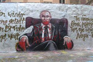 """В день рождения Путина на его граффити в Берлине написали """"убийца"""" и """"вор"""""""