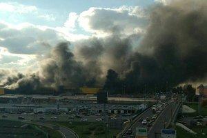 Масштабный пожар на подмосковном рынке: обрушилась кровля, двое пострадавших