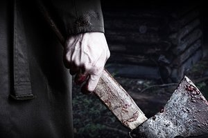 В Чернигове мужчина с топором набросился на сотрудницу прокуратуры