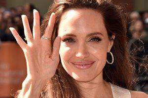 Похорошевшая Анджелина Джоли снялась в потрясающей фотосессии в пустыне