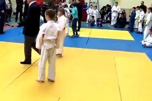 Видеошок: мать избила своего ребенка и судью на турнире по дзюдо