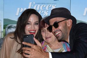 Анджелина Джоли в балахоне очаровала внешним видом